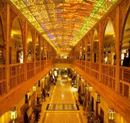 В ОАЭ во время распродаж можно пополнить гардероб качественными брендовыми вещами по приятным ценам
