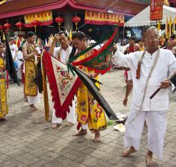 На Пхукете можно стать свидетелем красочных фестивалей и необычных торжеств