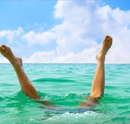 Весной бывает жарковато, и даже если окунуться с головой, помогает не всегда, ведь температура воды около +30 градусов!